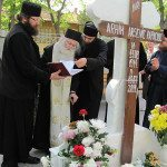 Parintele Justin Parvu la mormantul Parintelui Arsenie Papacioc2